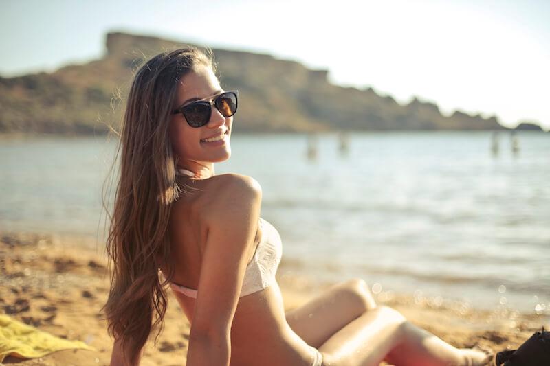 浜辺で佇む女性